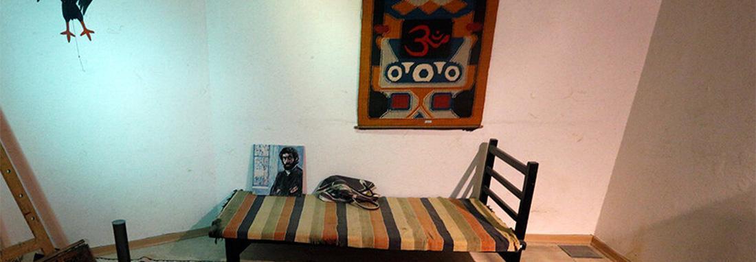 تصاویر اتاق سهراب سپهری در دل کویر ؛ دو ماهی قرمز و دو ماهی سیاه ، گنج های با ارزشی که در بنای پهلوی کرمان هم نشین شده اند